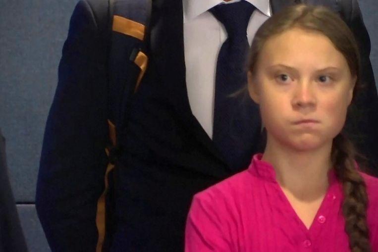 Greta kijkt woest naar Trump in de lobby.