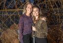 Lotte en haar vriendin Sanne (links), na afloop van een verwendag van de Zwolse bedrijven Skin Effects en Kootuur. Sanne had haar vriendin hiervoor opgegeven. ,,Lotte is zó positief ingesteld.''