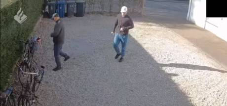 Politie Apeldoorn zoekt dieven die e-bikes dumpten bij Paleis Het Loo en geeft camerabeelden vrij