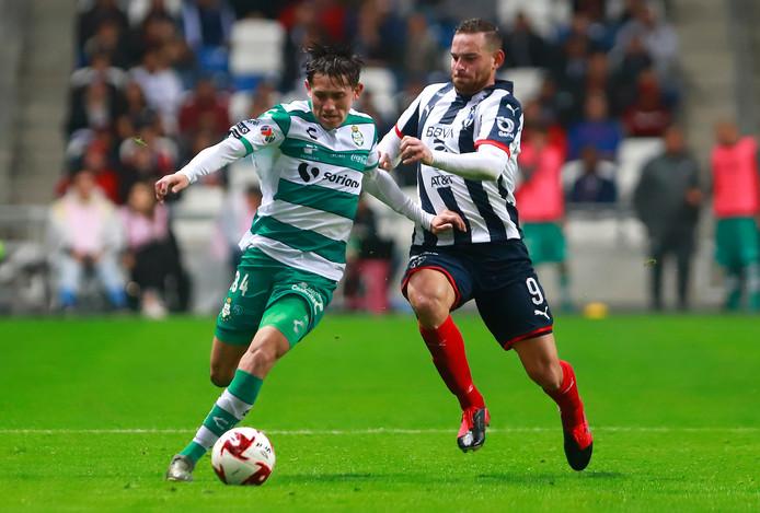 Vincent Janssen in het duel met Santos Laguna.