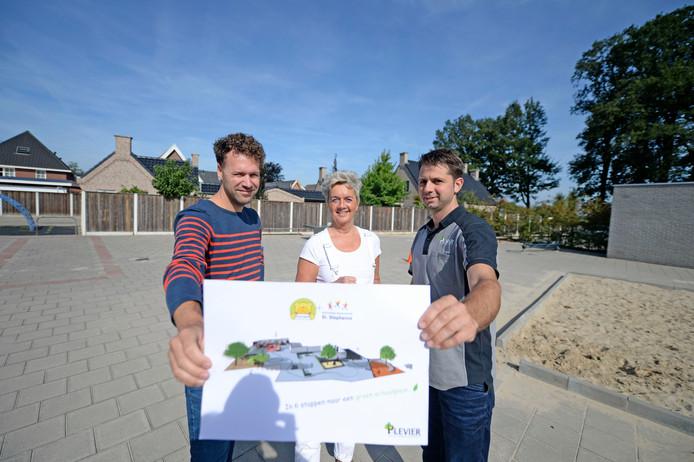 Thijs Hutjes, Jeanine Mulder en Rolf Plevier (vlnr) tonen het ontwerp voor het nieuwe schoolplein, dat wel wat groen kan gebruiken.