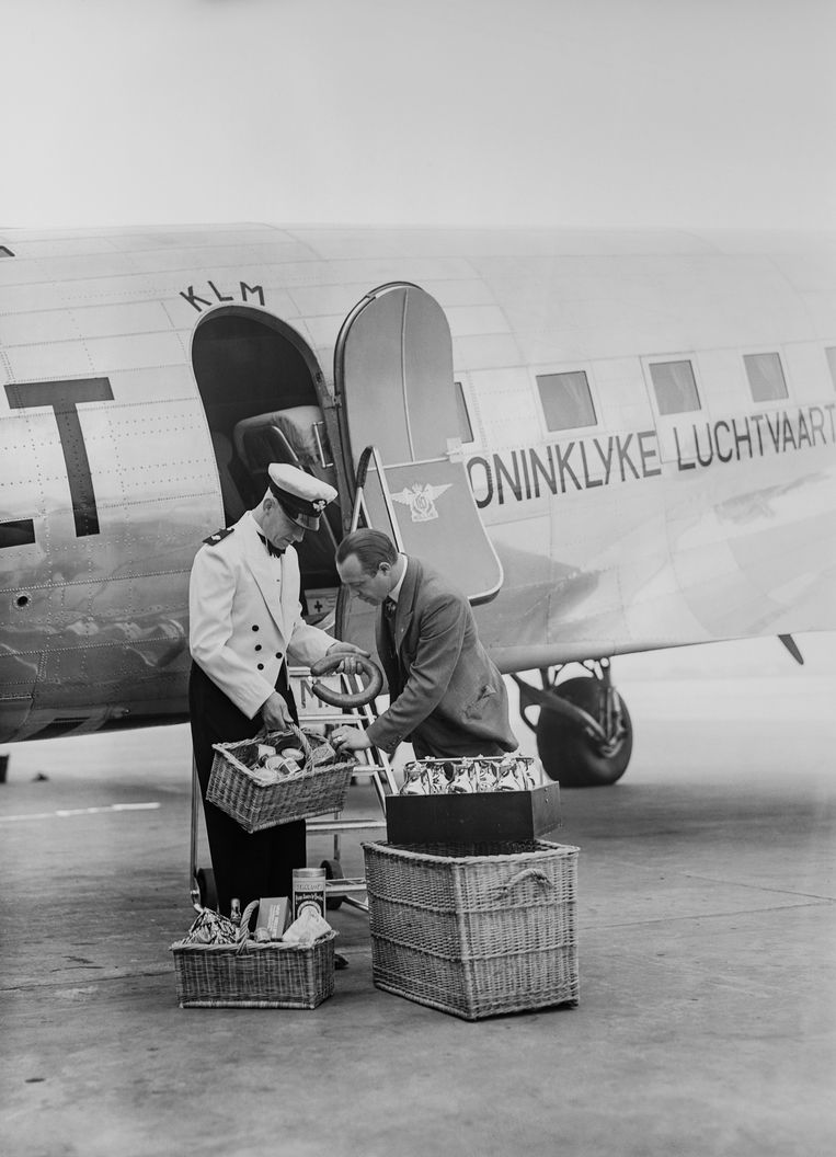 Servicevoorbereiding voor een vlucht van een Douglas DC-3, rond 1937.  Beeld Eduard de Kam KLM Foto historisch Archief/MAI