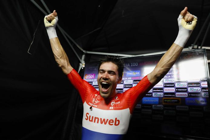 Tom Dumoulin juicht na het winnen van de Giro d'Italia