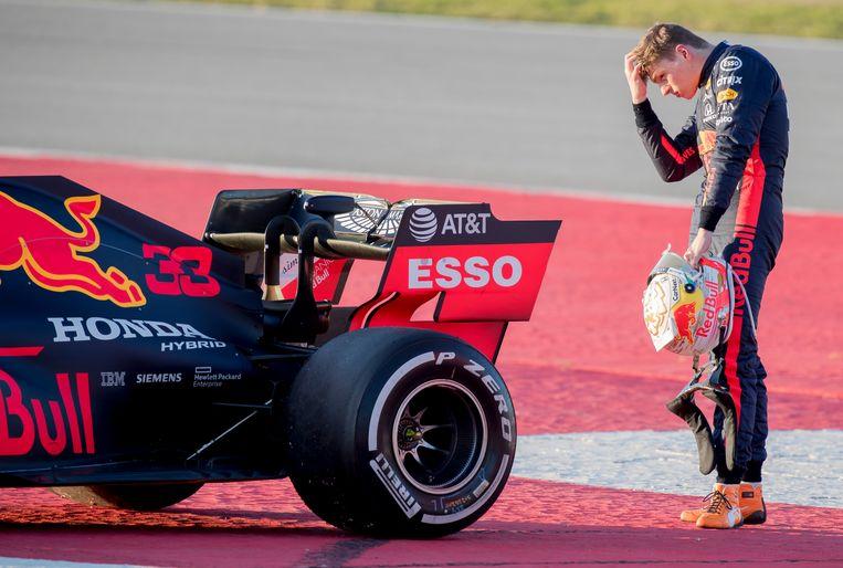 Max Verstappen staat bij zijn door Honda aangedreven Red Bull, een auto waarmee hij successen heeft geboekt, maar die hem ook in de steek heeft gelaten Beeld AP