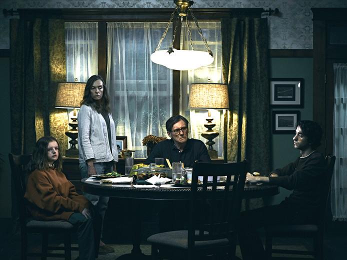 Moeder Ellen krijgt in Hereditary met haar gezin  bovennatuurlijke verschijnselen te verduren.