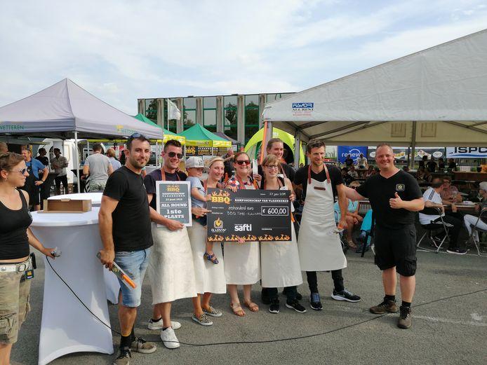 De winnaars van het BBQ-kampioenschap kregen een cheque.