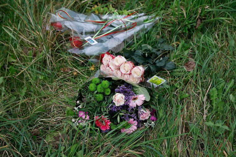 Bloemen bij het Hosterwold bos. De 25-jarige Anne Faberwerd na twee weken vermissing gevonden bij het Nulderpad in het Hosterwold bos. Beeld ANP