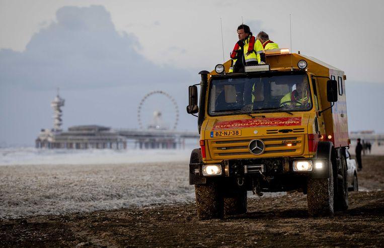 Medewerkers van de KNRM zoeken naar mensen die bij het Noordelijk Havenhoofd bij de kustplaats in problemen zijn gekomen. Beeld ANP