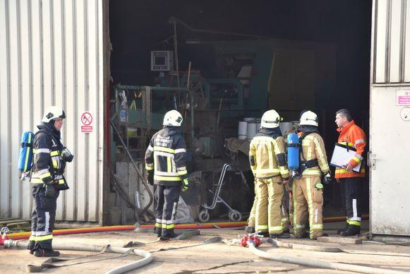 De brand woedde in een kelder onder de vlaszwingelturbine die vlakbij de ingang staat opgesteld.