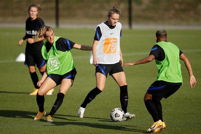 Vivianne Miedema controleert de bal tussen Jill Roord en Shanice van de Sanden in op de training van de Leeuwinnen in Zeist.