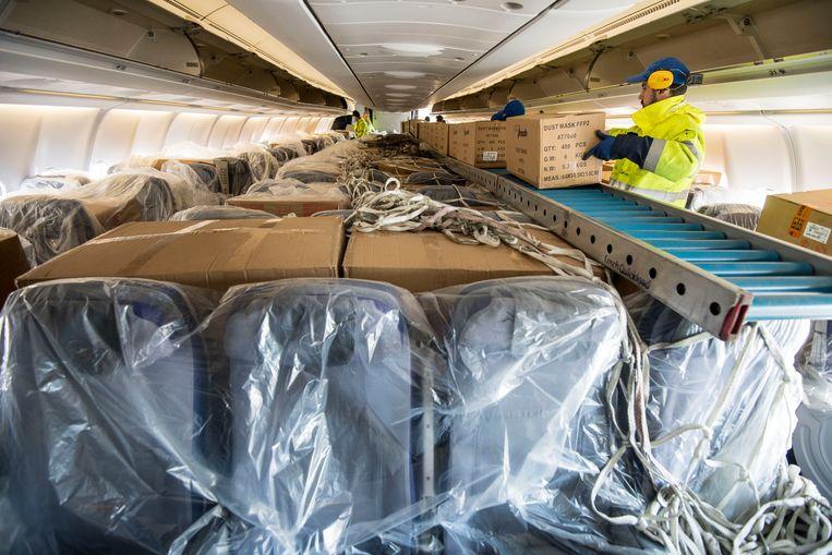 Een nieuwe lading mondkapjes komt aan in Duitsland vanuit Shanghai. Duitsland heeft ruim 30.000 bevestigde ziektegevallen. Beeld Getty Images