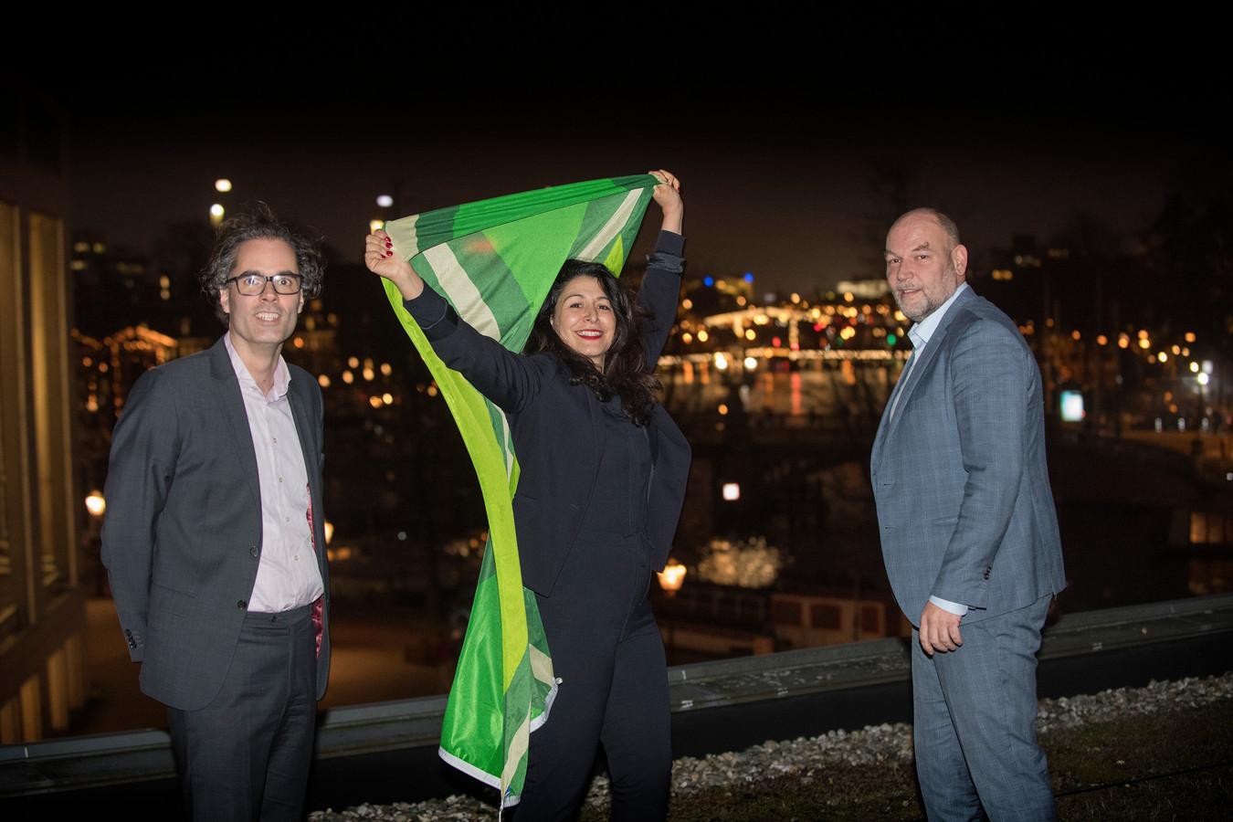 Laurens Ivens, Touria Meliani en Rutger Groot Wassink (v.l.n.r.) zwaaien met de Achterhoekse vlag in Amsterdam.
