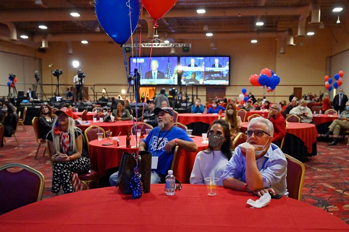 Trump-aanhangers volgen de verkiezingen op een bijeenkomst van de Republikeinen in Las Vegas (Nevada).