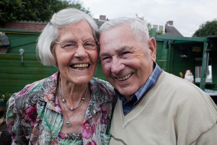 Lore en Thieu Horsch uit Eindhoven in augustus 2010 in hun tuin achter hun huis aan de Frans Snijderslaan in Eindhoven.