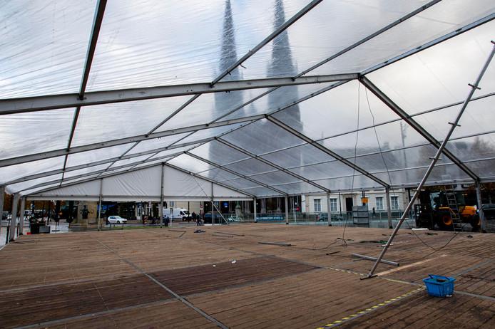 Het dak van de schaatsbaan staat al. Volgende week vrijdag gaat de baan met wintercafé open.