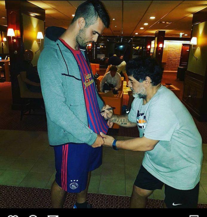 Jeffrey van der Vlist krijgt een handtekening van Diego Maradona.