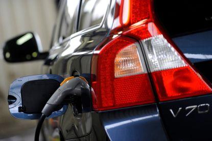 Britse automobielclub wil hybrides weren bij laadpunten op snelweg
