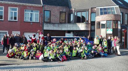 Sinterklaas en kinderen met limousine op zoek naar Zwarte Pieten