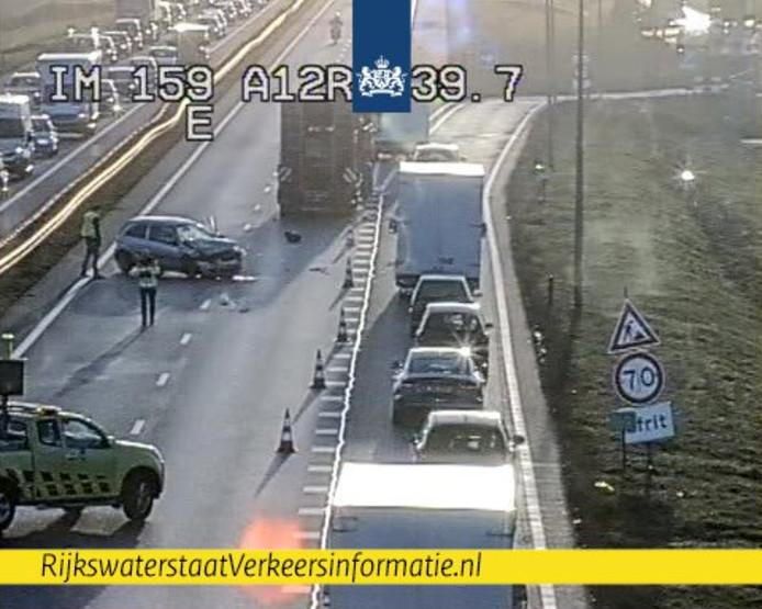 Door het ongeval op de A12 tussen Duiven en Zevenaar zijn twee rijstroken afgesloten.