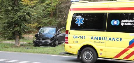 Automobiliste naar ziekenhuis na botsing tegen boom in Ommen