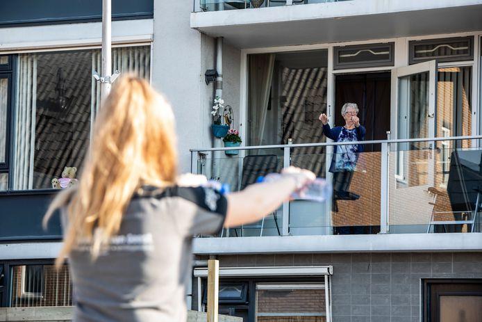 Bewoners van het appartementencomplex aan de Leeuwerik in Kwintsheul krijgen een lesje ochtendgymnastiek.