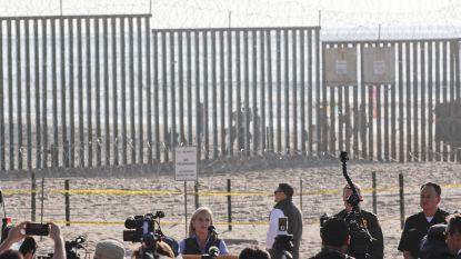 Schilden en wapenstokken voor Amerikaanse militairen die vluchtelingen opwachten