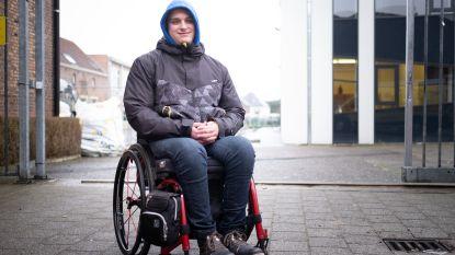 Jaar na ongeval nog steeds geen rolstoellift, dus moeten  klasgenoten Zion op trappen dragen