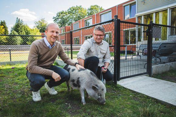 Dokter Heylbroeck met WZC-directeur Roggeman en varkentje Gust