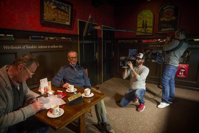 Ad Maas (tweede van links) uit Hooge Mierde werd in 2016 gevolgd voor een tv-programma over dementie. Hij is op 60-jarige leeftijd overleden.
