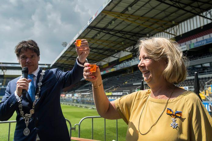 Annie van Hooijdonk en burgemeester Paul Depla prootsten op het lintje dat de speaker van NAC ontving.