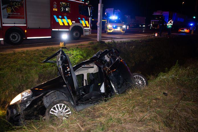 De chauffeur moest door de brandweer uit zijn wagen bevrijd worden.