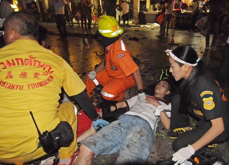 Thaise reddingswerkers helpen een gewonde man.