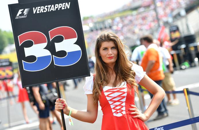 Een grid girl bij de auto van Max Verstappen voor de start van de GP van Hongarije.