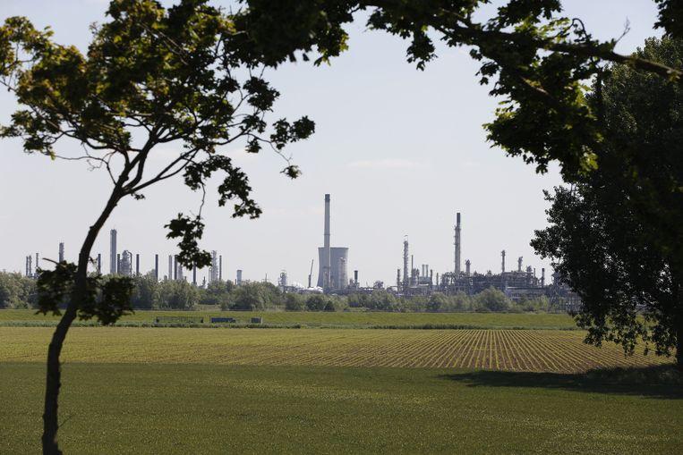 De Shell-raffinaderij van Moerdijk, daags na de grote brand dit jaar. Beeld anp