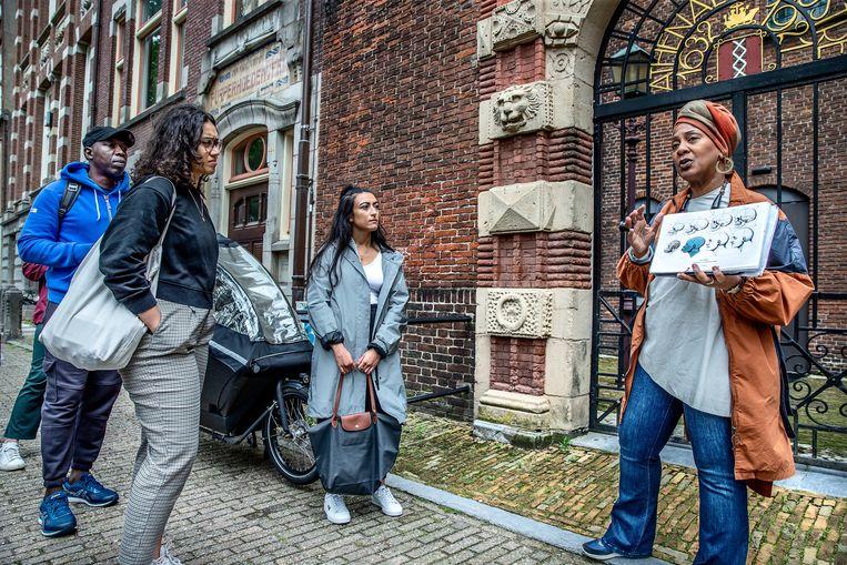 Deze middag zijn dertien deelnemers tijdens de tour; een mix van toeristen en mensen uit Amsterdam en omstreken. Beeld Jean-Pierre Jans