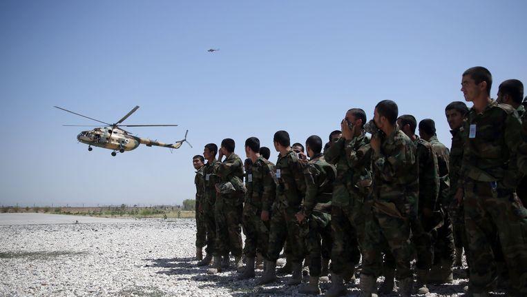 Afghaanse militairen in Mazar-i Sharif kijken naar de aankomst van een helikopter. Beeld ap