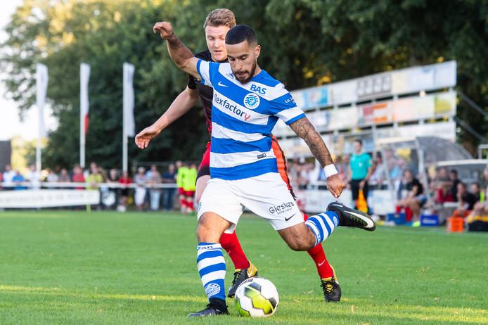 De Graafschap-linksback Jordy Tutuarima verzendt een pass in een oefenwedstrijd tegen Silvolde.