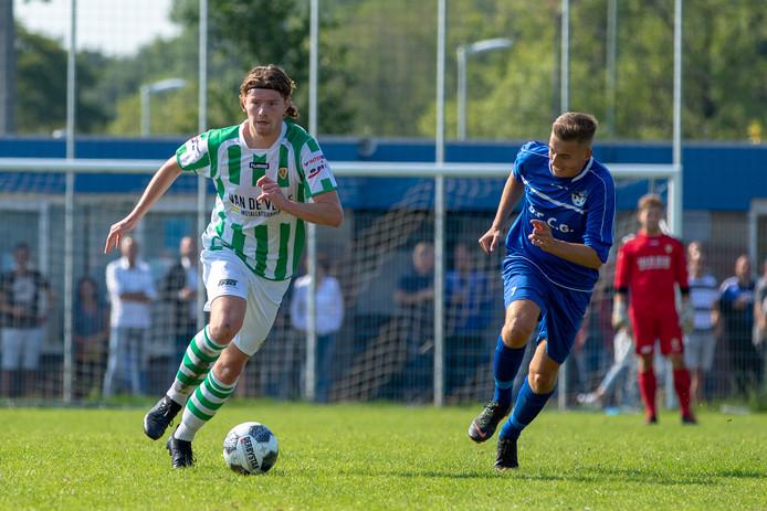 Jeroen de Jonge (links) maakte de 1-1 namens Kloetinge tegen Honselersdijk.