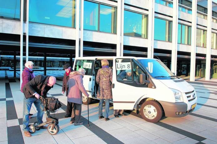 Protest van ouderen bij het Arnhemse stadhuis tegen het verdwijnen van Lijn 8. Archieffoto Marc Pluim