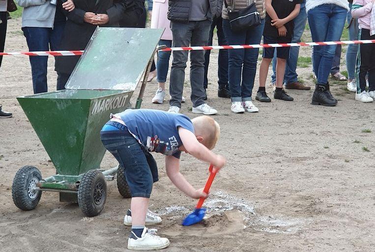 De penaltystip werd tijdens het 'afscheidsmoment' door het jongste clublid uitgegraven.
