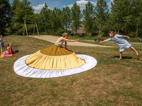 Segerien uit Zwolle laat op een originele manier zien wat 1,5 meter afstand betekent.... met een hoepelrok