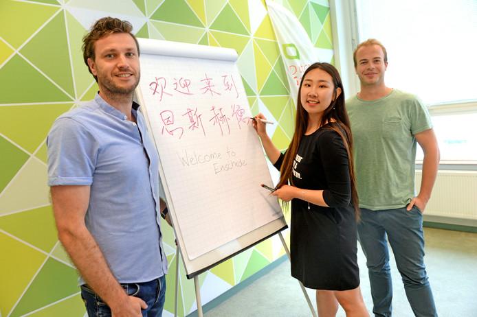 Hubert Nijmeijer (l), stagiair Yitong Xue en Tom Groeneveld van Hi, hi Guide.