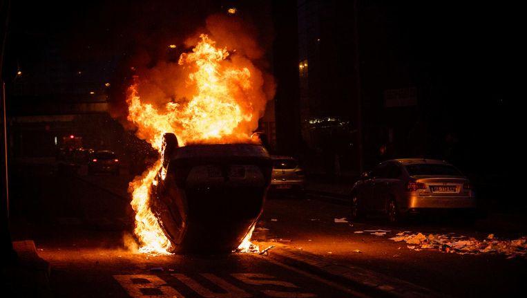 Naar schatting tweehonderd jongeren richtten vernielingen aan en staken auto's in brand. Beeld null