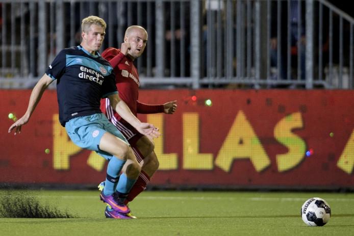 Nikolai Laursen in duel met Almere City FC-speler Kees van Buuren.