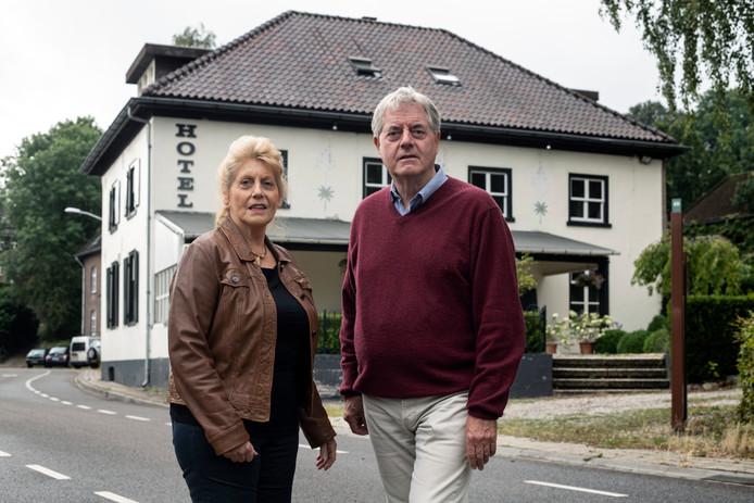Maria en Heinz Maahs vóór het onlangs verkochte hotel De Musschenberg in Beek.