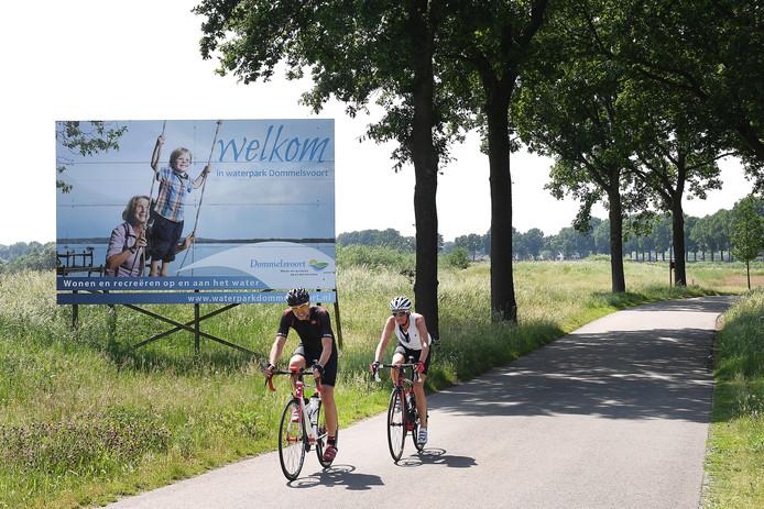 Een promotiebord voor Waterpark Dommelsvoort tussen Beers en Linden.
