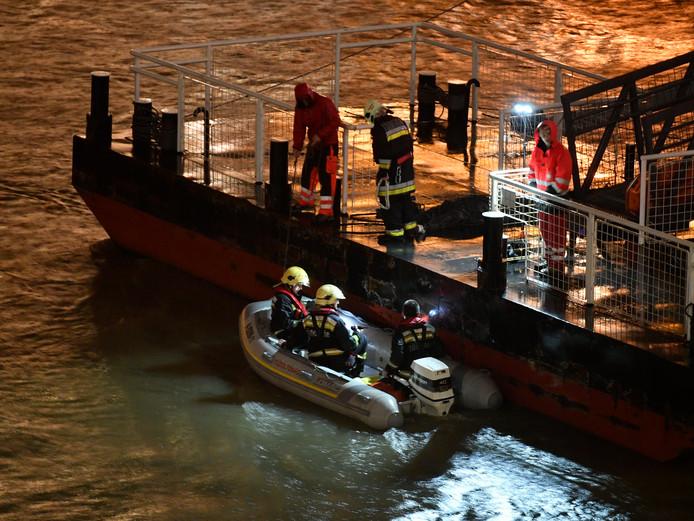 Reddingswerkers zoeken op de Donau naar slachtoffers.