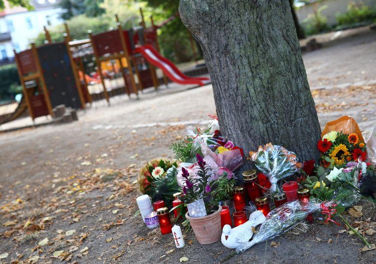 Bloemen op de plaats waar de Duitser overleed.