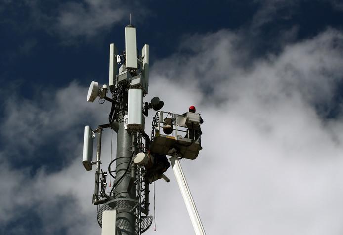 Enkele honderden inwoners van Noordoostpolder maken zich zorgen over de gezondheidsrisico's van het nieuwe 5G netwerk voor mobiele data.