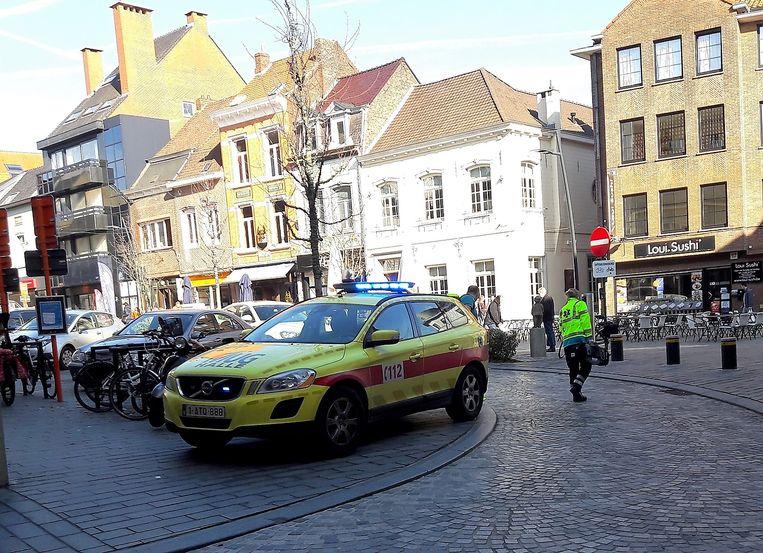 Een getuige nam een foto van het incident op de Beestenmarkt. De hulpverleners hebben net hun mugvoertuig geparkeerd nadat de paaltjes niet zakten om in het verkeersvrije centrum binnen te rijden.